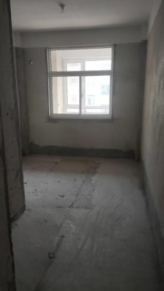 富贵养生苑 电梯3楼 127平  带车位储藏室 86万
